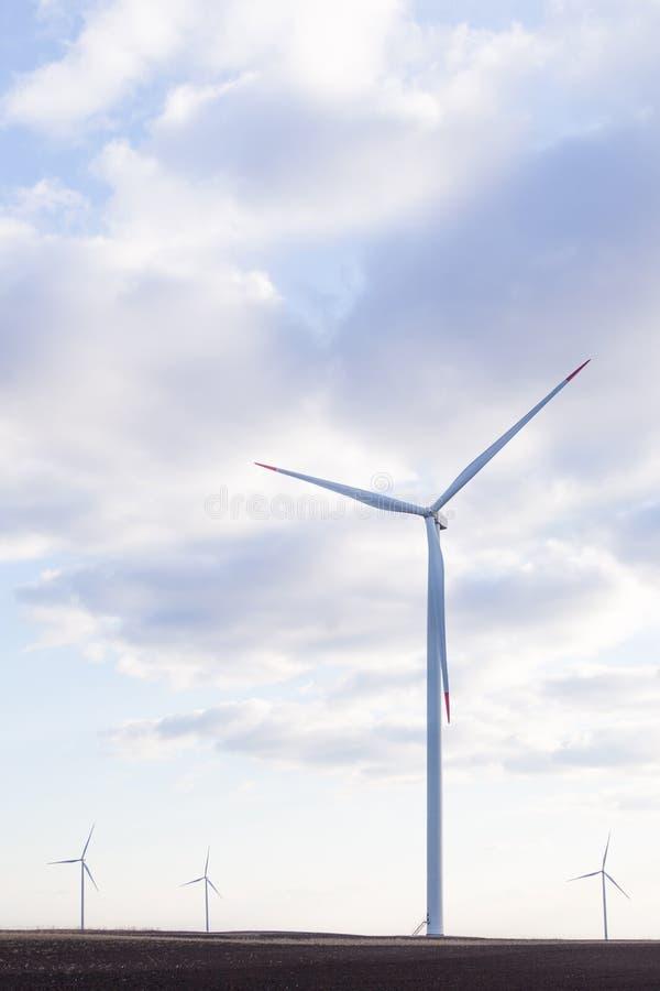 Silnik wiatrowy z chmurnym niebem w tle zdjęcie royalty free