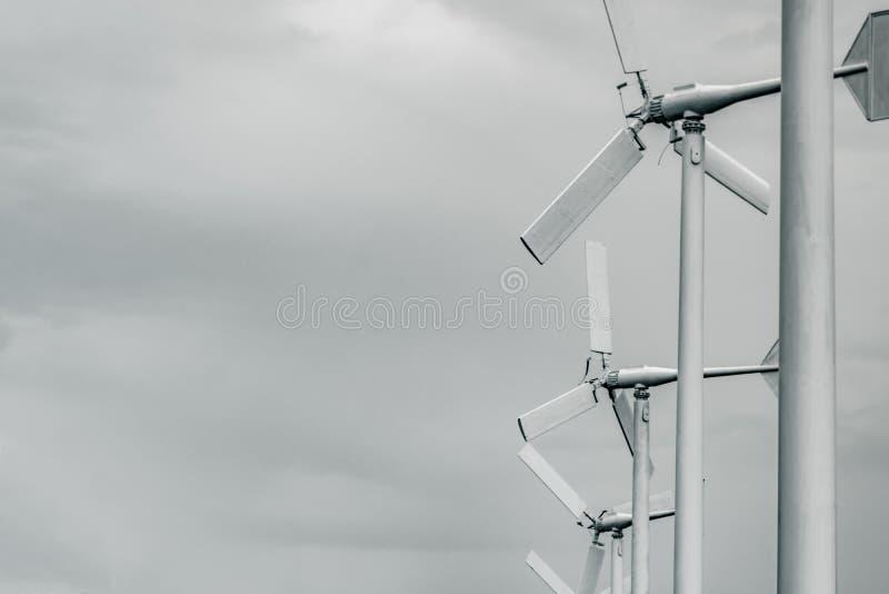 Silnik wiatrowy z popielatym niebem i chmurami Wiatrowa energia w eco wiatrowym gospodarstwie rolnym Zielony energetyczny pojęcie obraz royalty free