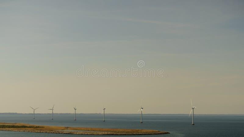 Silnika wiatrowego gospodarstwo rolne na wybrzeżu zdjęcia royalty free