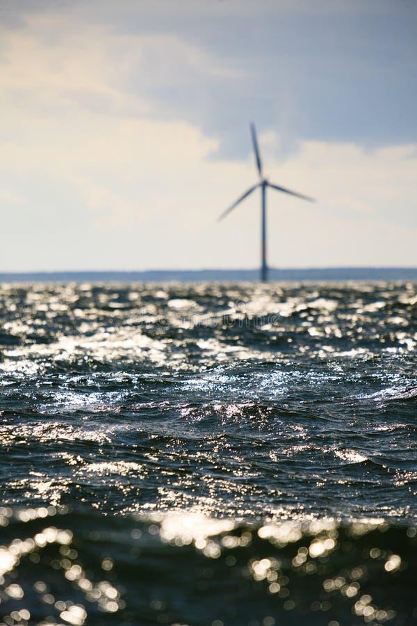Silnika wiatrowego gospodarstwo rolne w morzu ba?tyckim, Dani zdjęcie royalty free