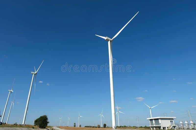 Silnika wiatrowego gospodarstwo rolne w polu - energii odnawialnej źródło obrazy royalty free