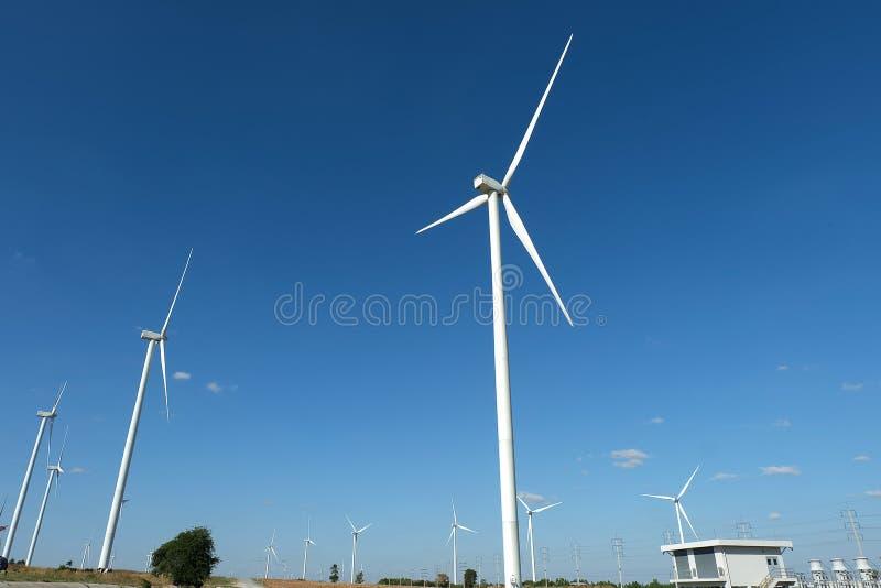 Silnika wiatrowego gospodarstwo rolne w polu - energii odnawialnej źródło fotografia stock