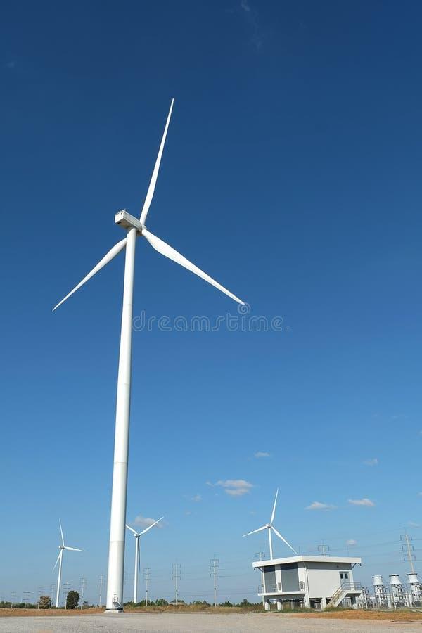 Silnika wiatrowego gospodarstwo rolne w polu - energii odnawialnej źródło zdjęcia royalty free