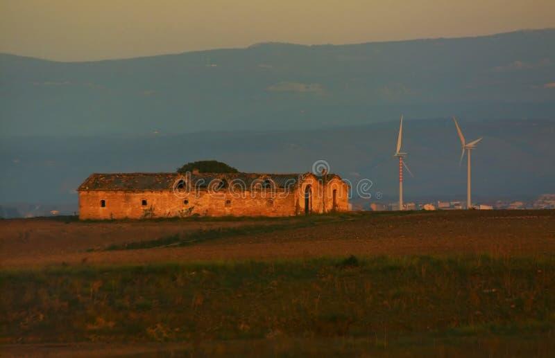 Silniki wiatrowi blisko przy domem wiejskim zdjęcie royalty free
