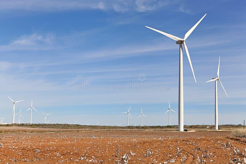 Silniki wiatrowi i bawełny pole obrazy stock