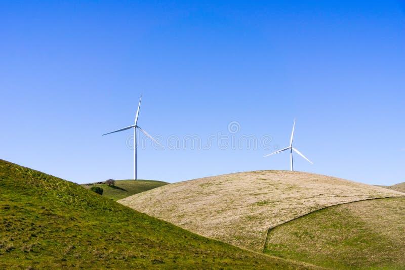 Silniki wiatrowi na wierzchołku zieleni wzgórza zdjęcia royalty free