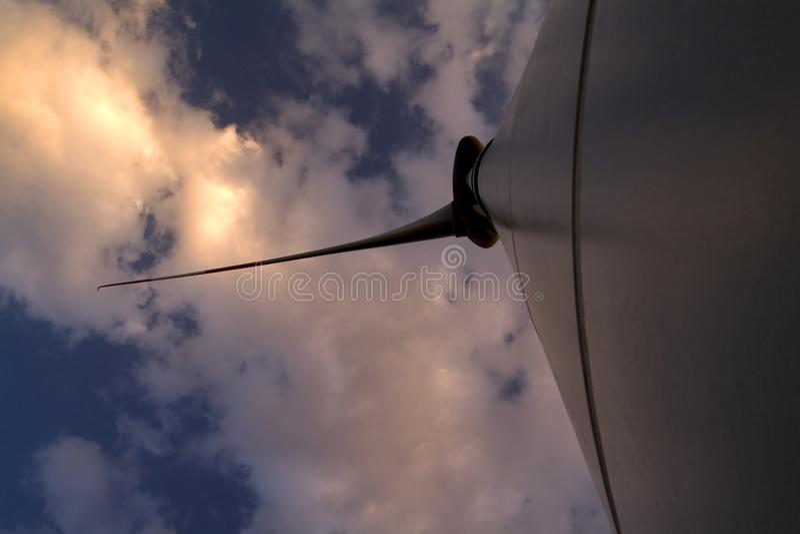 Silniki wiatrowi pod chmurnym niebem zdjęcie royalty free
