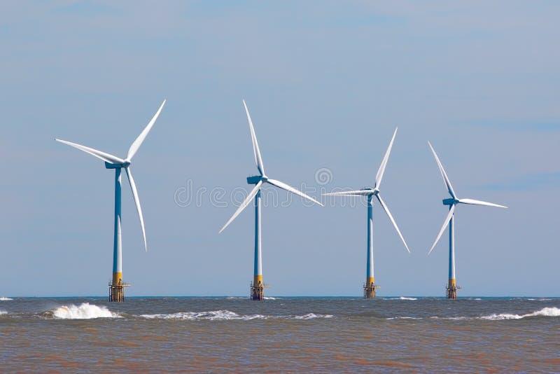 Silniki wiatrowi przy dennej energii odnawialnej na morzu windfarm fotografia stock