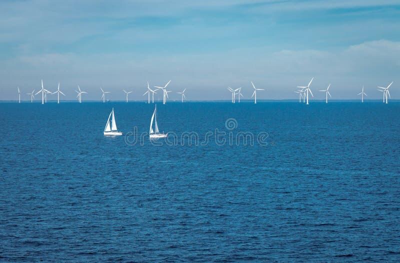 Silniki wiatrowi przy morze bałtyckie energią odnawialną fotografia stock