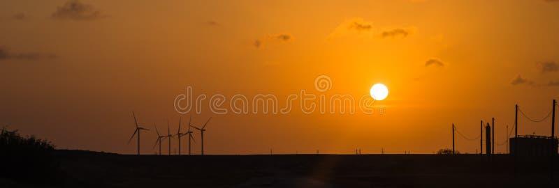 Silniki wiatrowi przy pomarańczowym zmierzchem w wiejskim Corpus Christi, Teksas, usa obrazy stock