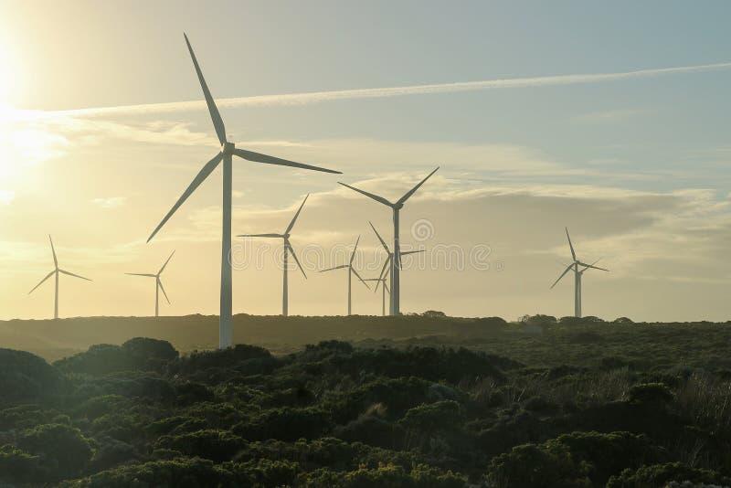 Silniki wiatrowi sylwetkowi przy półmrokiem obrazy stock