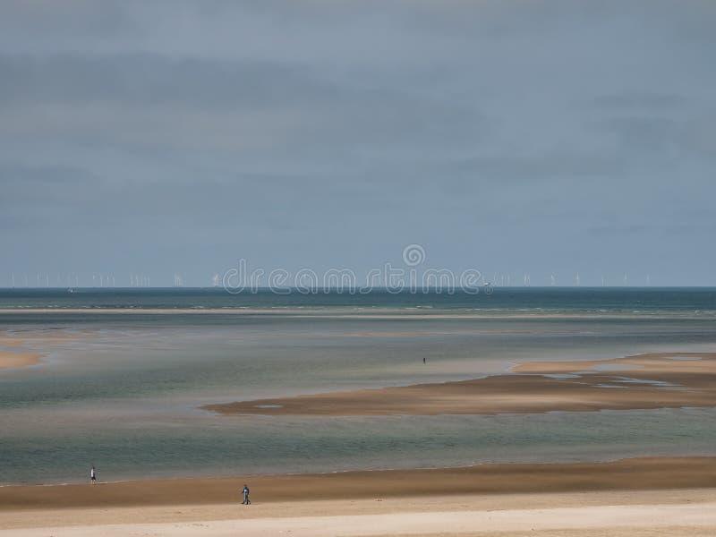Silniki wiatrowi w morzu północnym widzieć od Blaavand plaży, Dani fotografia royalty free