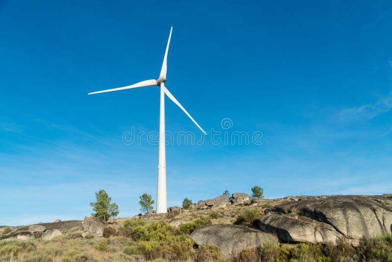 Silniki wiatrowi w skaliste góry w Portugalia zdjęcie royalty free