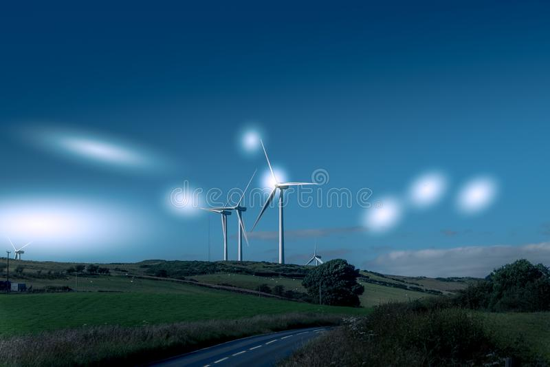 Silniki Wiatrowi w Szkocja Blisko Ardrossan z etherial Gwiazdowymi stroboskopami zdjęcie royalty free