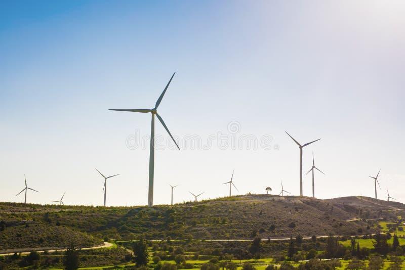 Silniki wiatrowi wytwarza elektryczność z niebieskim niebem - oszczędzania energii pojęcie obraz stock