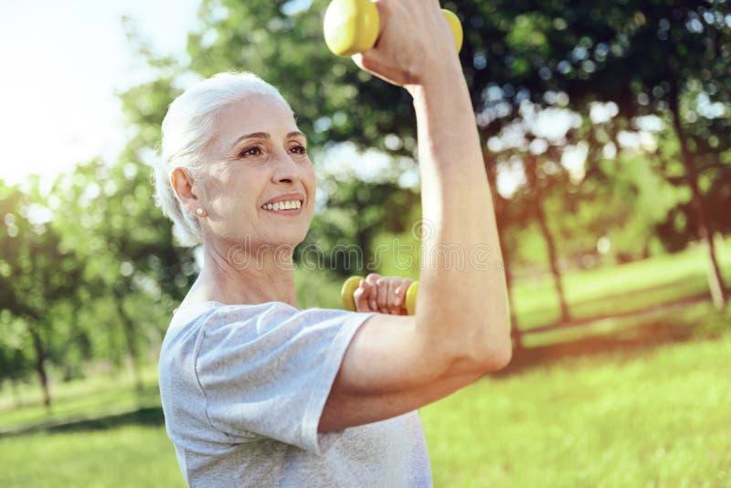 Silny aktywny emeryt cieszy się jej szkolenia fotografia stock