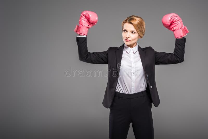 silny bizneswoman pozuje w bokserskich rękawiczkach, obraz stock