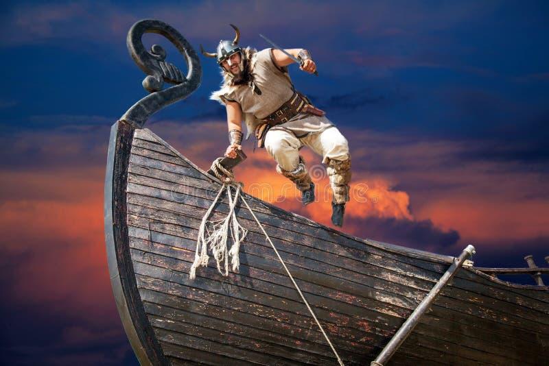 Silny gniewny brodaty Viking z nożowym doskakiwaniem fotografia stock
