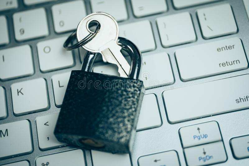 Silny hasło ochrony pojęcie Blokuje z kluczem na białej klawiaturze stonowany obrazy royalty free