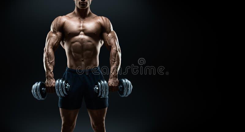 Silny i władza bodybuilder robi ćwiczeniom z dumbbells zdjęcia stock