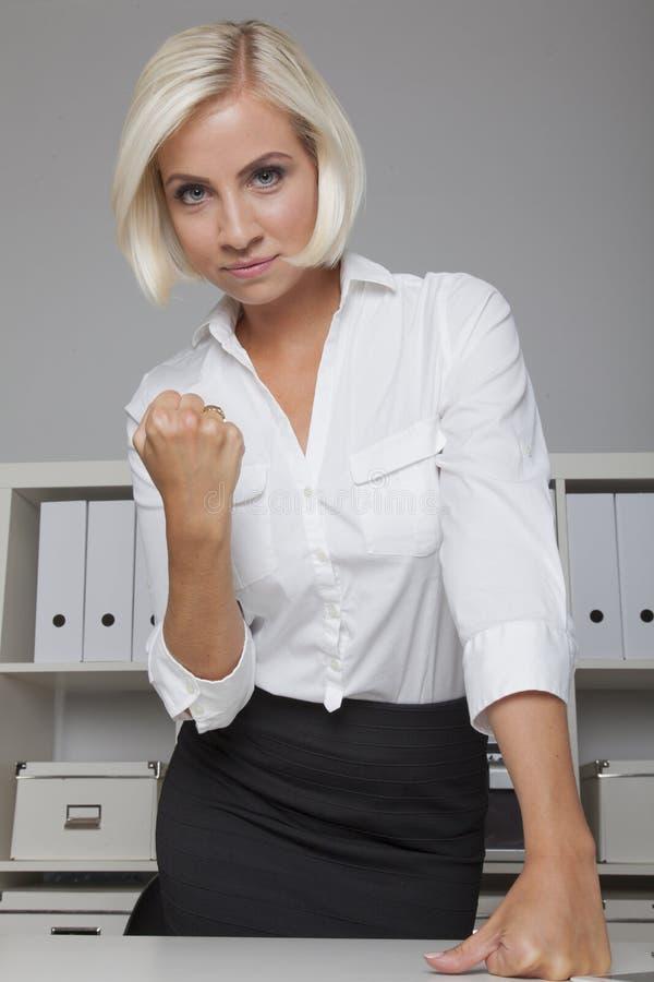 Silny kierownik podnosi jej pięść fotografia stock