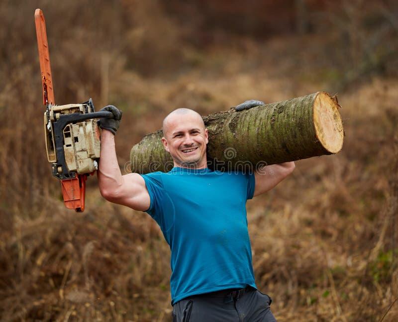 Silny lumberjack przewożenie loguje się ramię obrazy royalty free