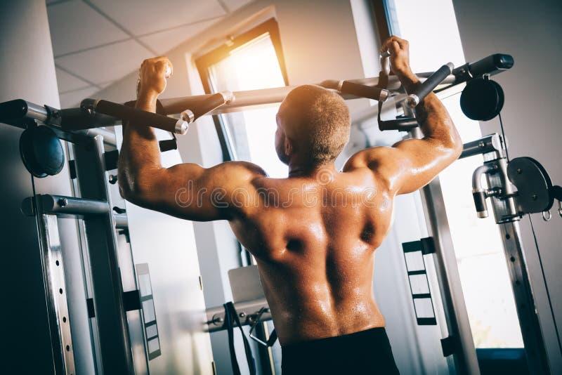 Silny mężczyzna ćwiczy w gym zdjęcia stock