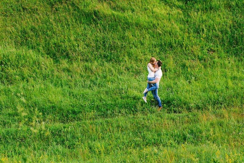 Silny mężczyzna trzyma jego dziewczyny całować i uściśnięcia up zdjęcie royalty free
