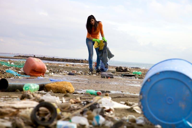 Silny młodej kobiety cleaning, zgłaszać się na ochotnika i obrazy stock