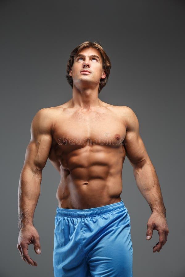 Silny mięśniowy bodybuilder pokazuje jego ciało zdjęcia stock