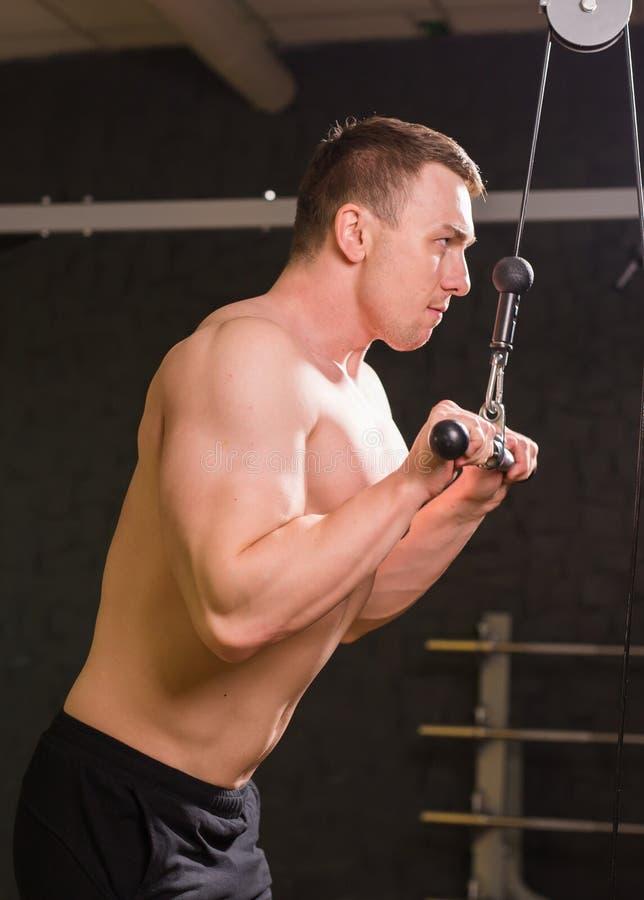 Silny mięśniowy bodybuilder robi ćwiczeniu w gym ćwiczący sprawność fizyczną jego mężczyzna odbicia szkolenia woda obraz royalty free