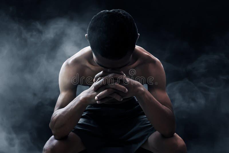 Silny sportowy mężczyzna na dymnych tło zdjęcie royalty free