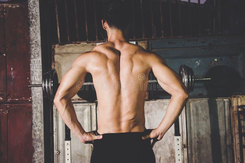 Silny Sportowy mężczyzna pokazuje muscel zdjęcie stock