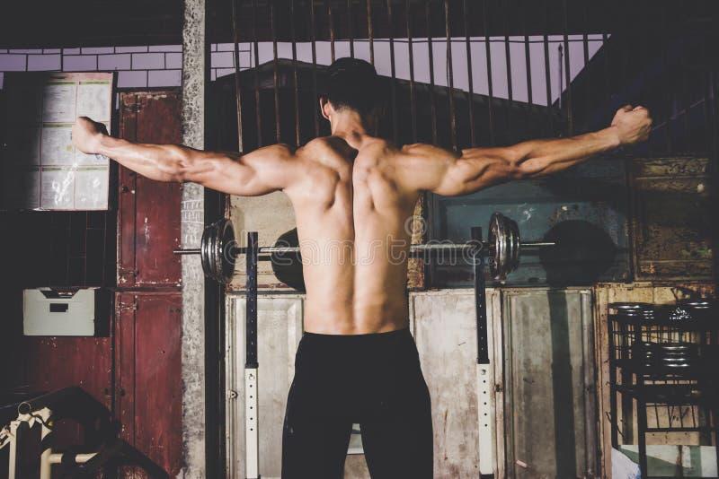 Silny Sportowy mężczyzna pokazuje muscel fotografia stock