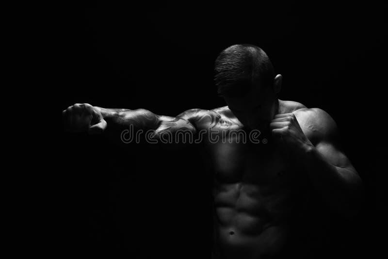 Silny sportowy mężczyzna z nagim mięśniowego ciała ponczem obrazy royalty free