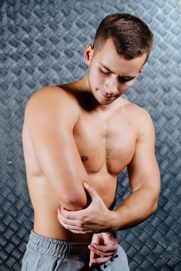 Silny sprawność fizyczna mężczyzna uczucia ból obraz royalty free