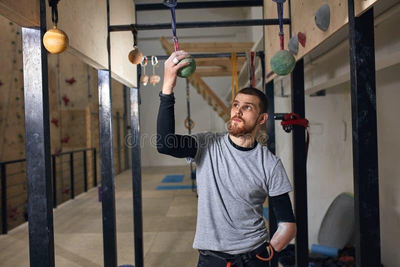 Silny ustalający sportowiec sprawdza fiksacja z fizycznym kalectwem fotografia royalty free