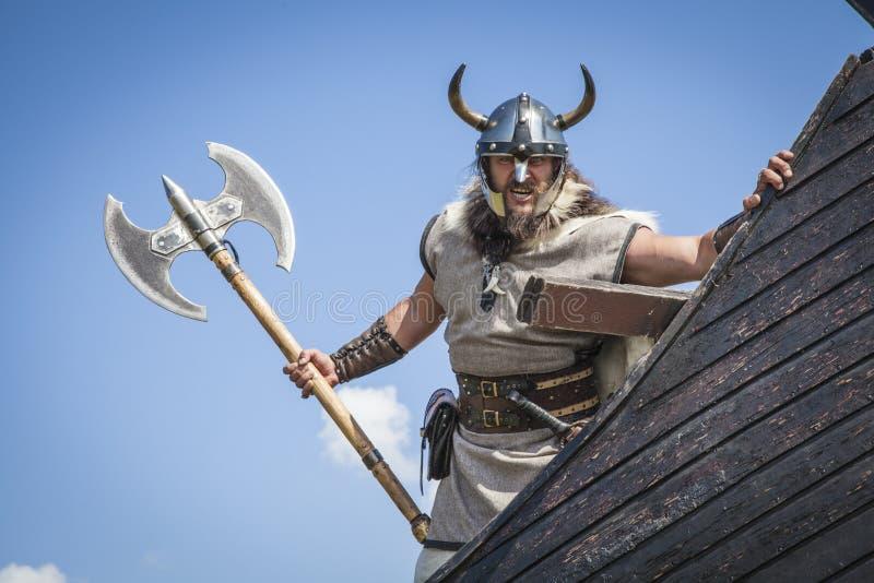 Silny Viking na jego statku z t ręką obraz royalty free