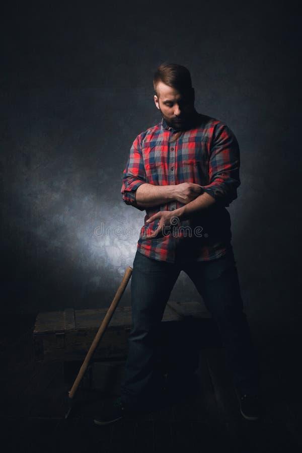 Silny wiejski pracownik na ciemnym tle fotografia royalty free