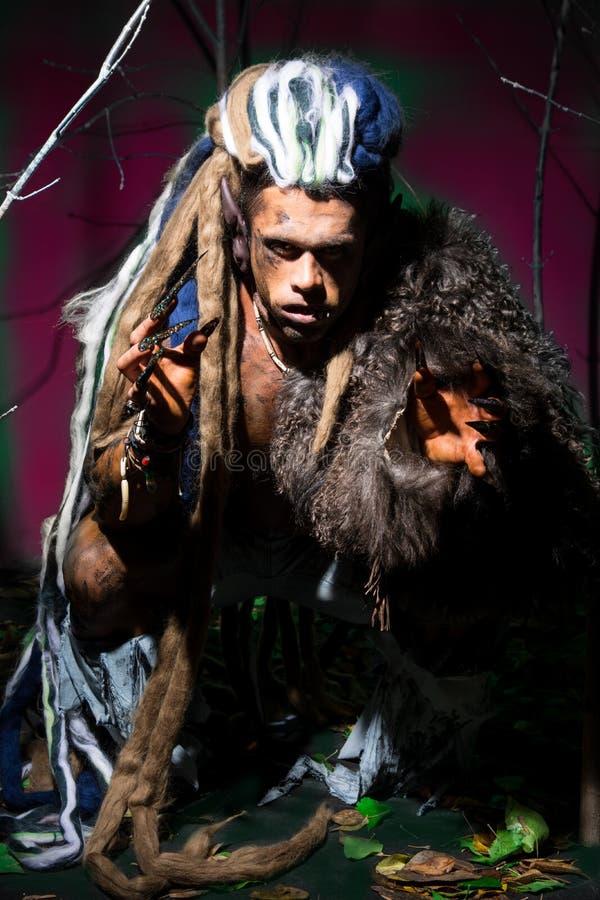 Silny wilkołak, demon wśród drzew zdjęcie stock
