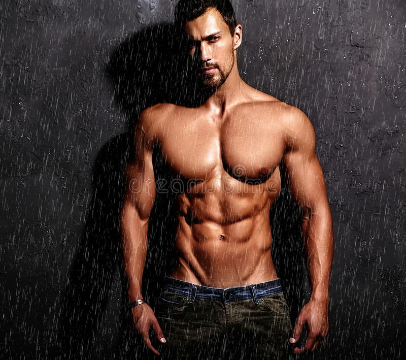 Silny zdrowy przystojny Sportowy mężczyzna zdjęcia stock