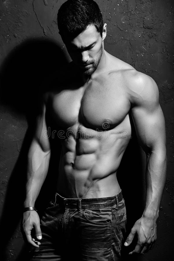 Silny zdrowy przystojny Sportowy mężczyzna fotografia royalty free