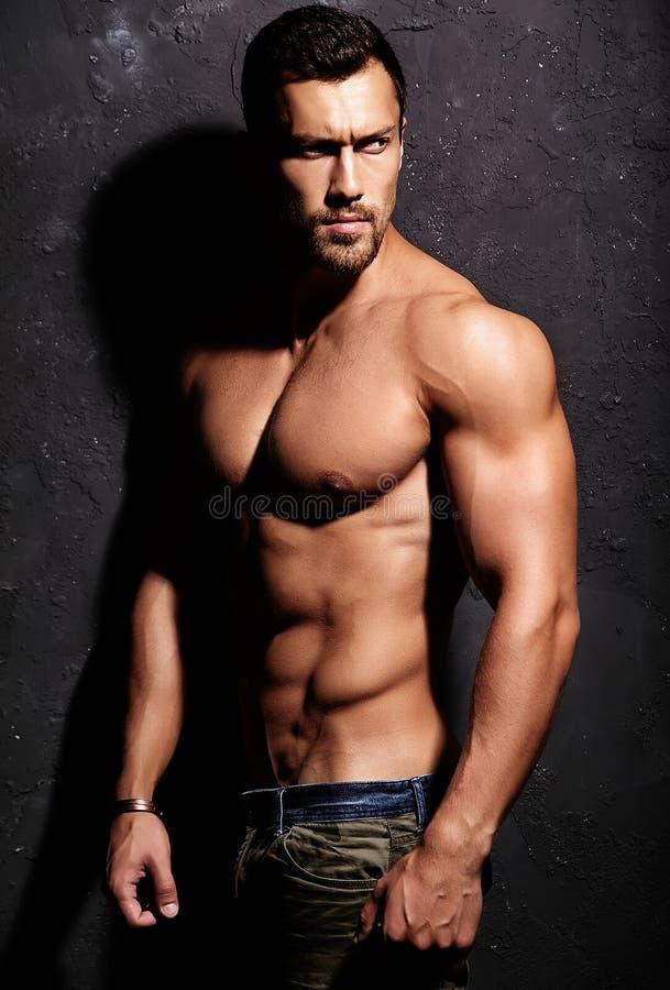 Silny zdrowy przystojny Sportowy mężczyzna zdjęcie stock