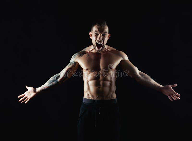 Silnych sportowych mężczyzna showes nagi mięśniowy ciało obraz royalty free