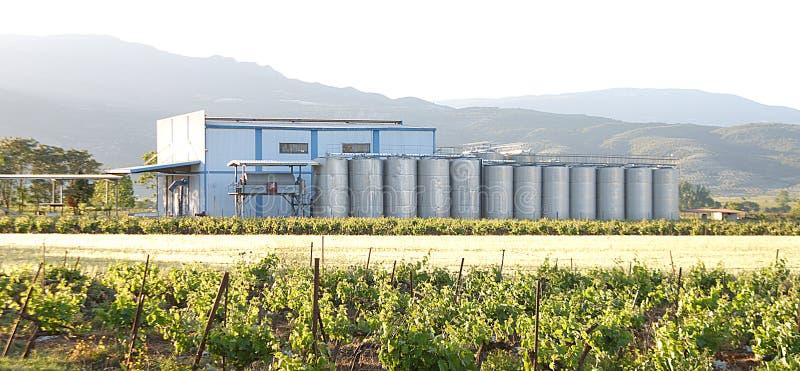 Silo da planta do distellery do vinho foto de stock