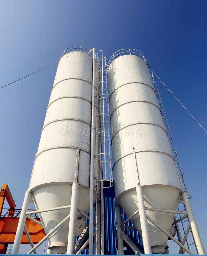 Silo de cimento industrial na fábrica do cimento, tanque do cimento, torre do armazenamento do cimento foto de stock