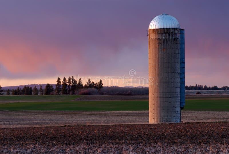 Silo de grano en la puesta del sol    fotos de archivo