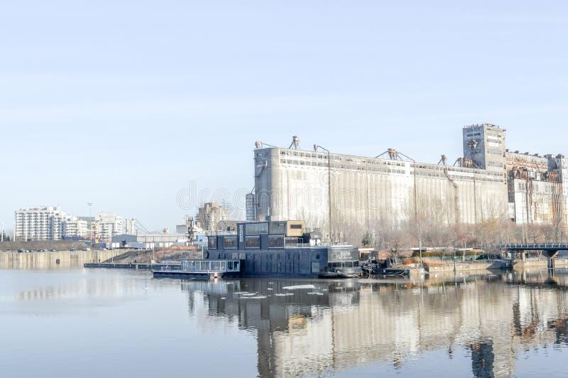Silo de grano número 5 y balneario de Bota-Bota en el puerto viejo de Montreal fotos de archivo