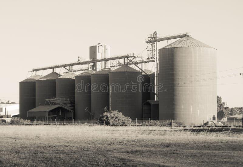 Silo di grano nella Provincia del Capo Occidentale, Sudafrica nel monocromio fotografie stock