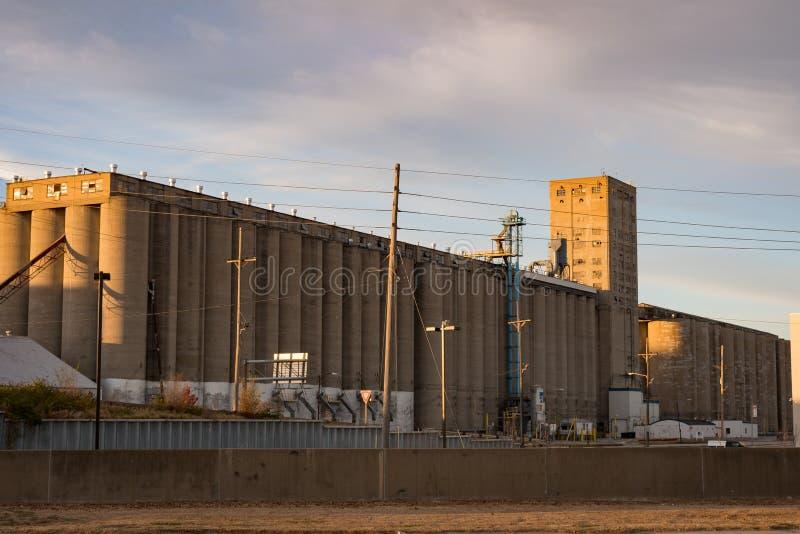 Silo do elevador de grão da agricultura no midwest de América foto de stock